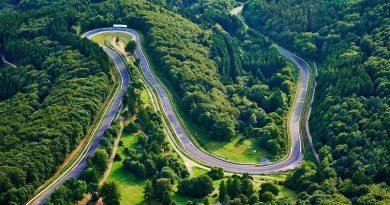 Un giro al Nurburgring: come in un museo della velocità ma con una folle illusione