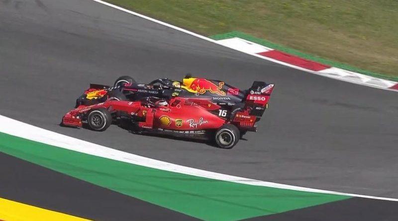 Il momento clou della corsa: Verstappen strappa a spintoni la vittoria a Leclerc